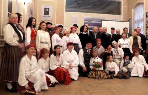 Pildil on koos esimese koosseisu tantsijad, praegused ansambli liikmed ning EV peakonsulaadi esindajad