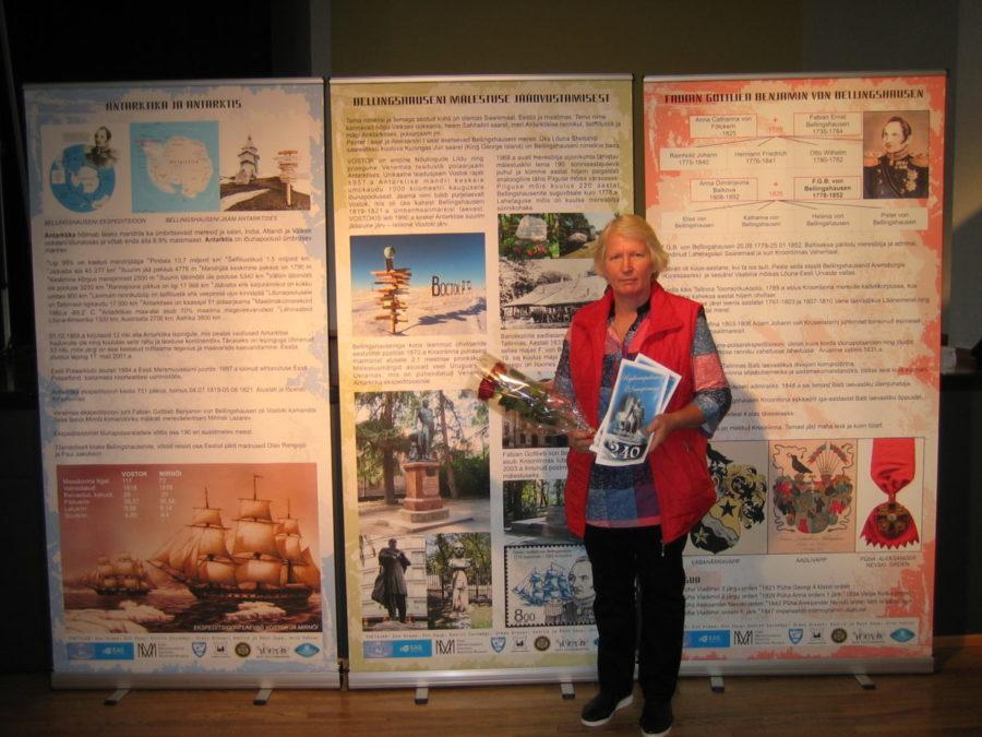 Lümanda põhikooli õpetaja Urve Vakker tutvustab Saaremaa Merekultuuri Seltsiga koostöös valminud stende admiral Bellingshauseni elutööst.