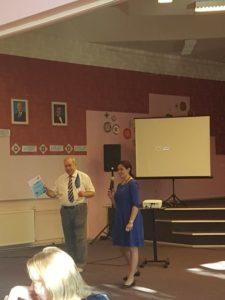 Seltsi esimees Ants Liimets kõnelemas Eesti lipu päeva tähistamisel Narva Eesti Gümnaasiumis