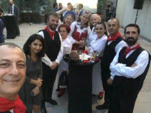 Fotodel ruhm koos ametist lahkuva suursaadiku proua Marin Mottusega